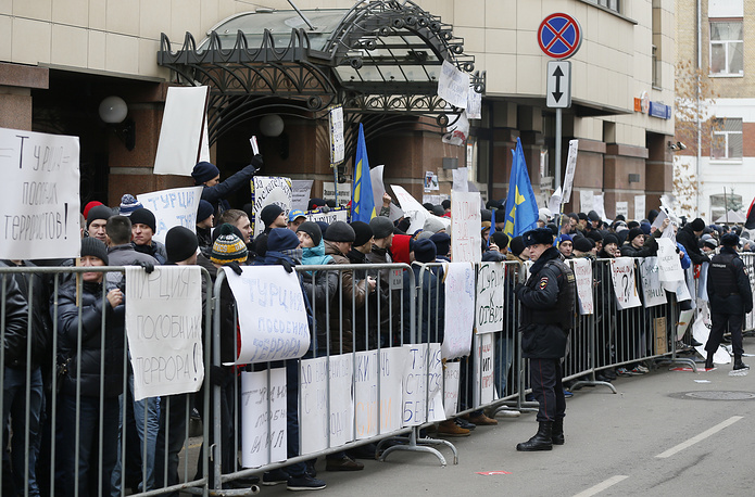Russian people protesting in front of Turkish embassy in Moscow