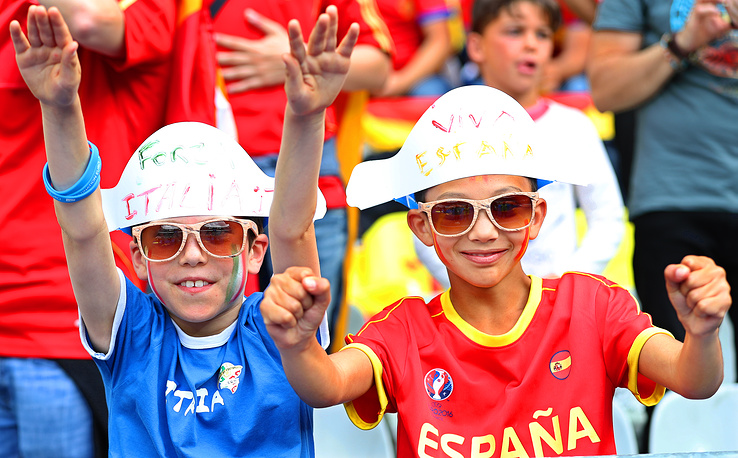 Fans of Italy and Spain cheering before the Euro 2016 match between Italy and Spain, 27 June 2016