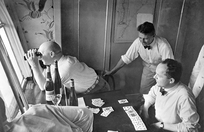 LZ-127 Graf Zeppelin, piloted by Hugo Eckener also set a record for the fastest aerial circumnavigation, 21 days. Photo: Passengers in their cabin in the airship Graf Zeppelin