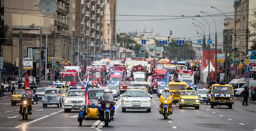 662 vehicles took part in the parade - city buses, fire trucks, tractors, ambulance cars, police cars and about 30 vintage cars