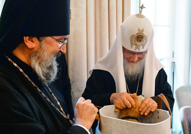 Patriarch Kirill of Moscow and All Russia and a Welsh Corgi puppy, a gift on behalf of Queen Elizabeth II in London, UK, October 16