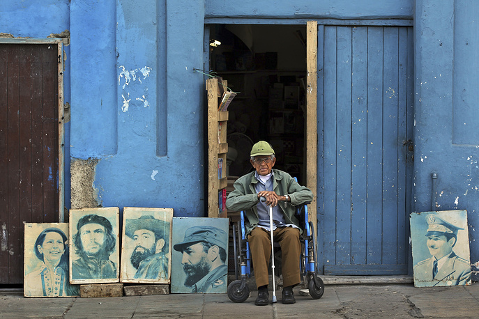 Portraits of Fidel Castro and Che Guevara outside his residence in Havana, Cuba
