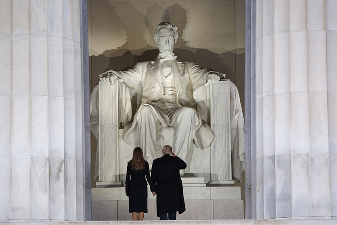 """President-elect Donald Trump salutes as he arrives with his wife Melania Trump to the """"Make America Great Again Welcome Concert"""" at the Lincoln Memorial in Washington, January 19"""