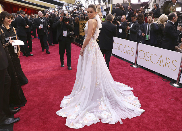 Hailee Steinfeld arrives at the Oscars at the Dolby Theatre in Los Angeles
