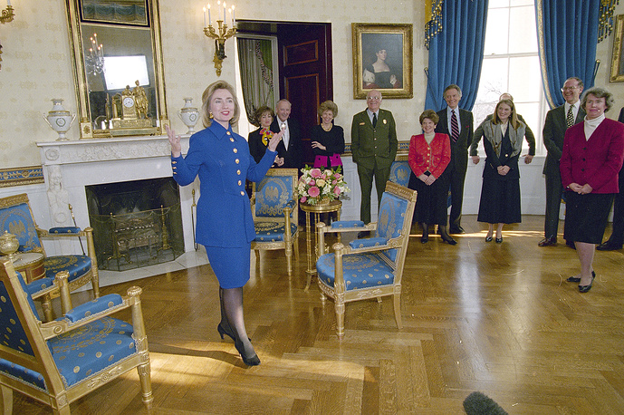 In the 1990s, Bill and Hillary Clinton refurbished some rooms, including the Oval Office, the East Room, Blue Room, State Dining Room, Lincoln Bedroom, and Lincoln Sitting Room. Photo: Hillary Clinton unveils the renovated Blue Room of the White House, 1995