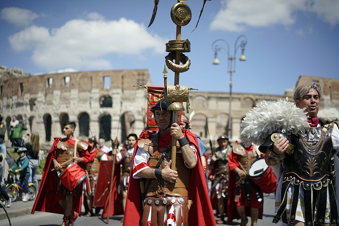 Ancient Roman enthusiasts parade in the areas of Colosseum, Circus Maximus and the Roman Forum to celebrate the festivities of Christmas of Rome, April 23