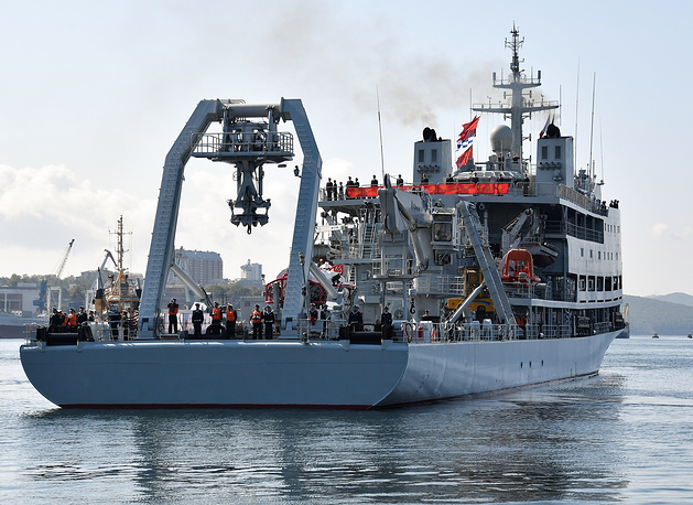 The Changdao submarine support ship with an Elar-7 deep submergence rescue vehicle