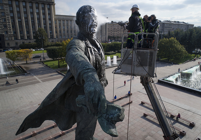 A worker washes a statue of Soviet Union founder Vladimir Lenin in St.Petersburg, Russia, September 28