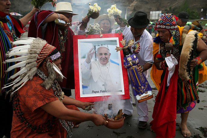 Peruvian shamans perform a ritual prior to the arrival of Pope Francis to Peru, at Pescadores beach in Chorrillos, Lima, Peru, January 17