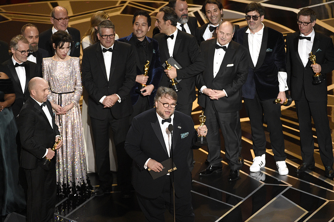 "Guillermo del Toro and the cast and crew of ""The Shape of Water"" accept the award for best picture"