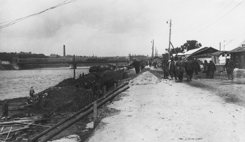 A general view of Moskvoretskaya Embankment during construction of the future Gorky Park. Pictured in the back is the old Krymsky Bridge