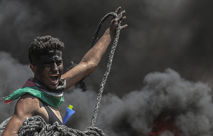 A Palestinian protester brandishes a rope during clashes at demonstrations along the border with Israel in the east of Gaza Strip, May 14. According to media reports, at least 50 Palestinians were killed and more than 1,800 wounded due to the violence on the Israeli-Gaza border amid the US embassy's move to Jerusalem