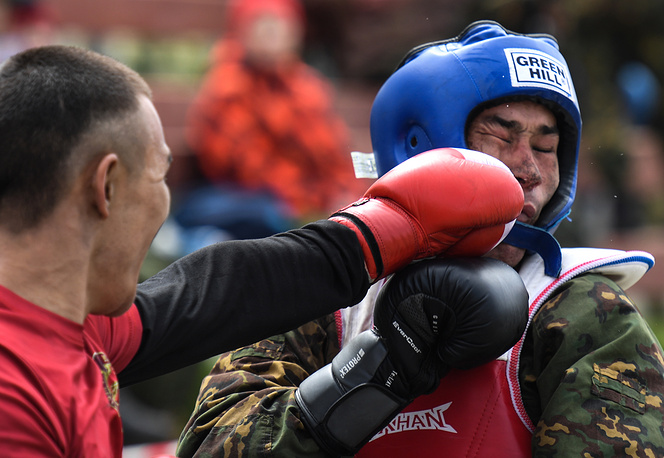 MMA fight as part of qualification tests for the right to bear a maroon beret
