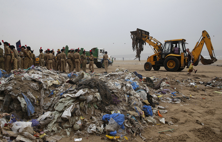 According to the World Health Organization (WHO), India has the world's 14 most plastic polluted cities. Photo: An earthmover clears garbage from the shores of the Arabian Sea in Mumbai, India