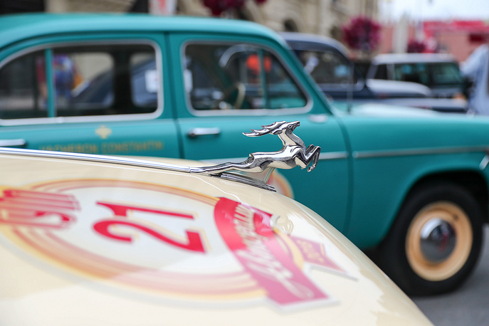 Cars in Ilyinka Street before the start of the 2018 GUM Gorkyclassic Motor Rally