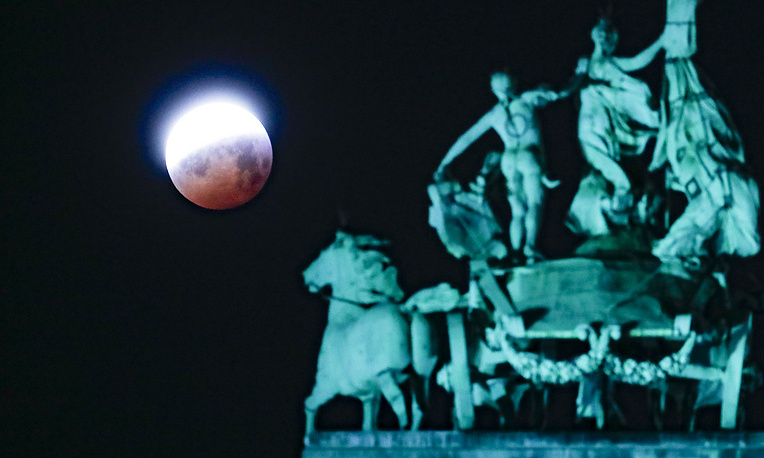 A view of the lunar eclipse pictured in Jubilee Park, in Brussels