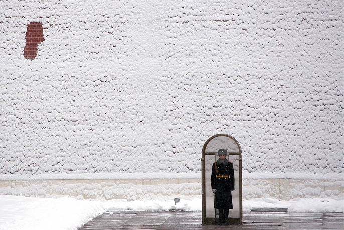 An honor guard soldier by Eternal Flame in Moscow's Alexander Garden