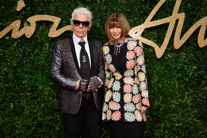 Karl Lagerfeld and Anna Wintour pose for photographers at the British Fashion Awards in London, 2015