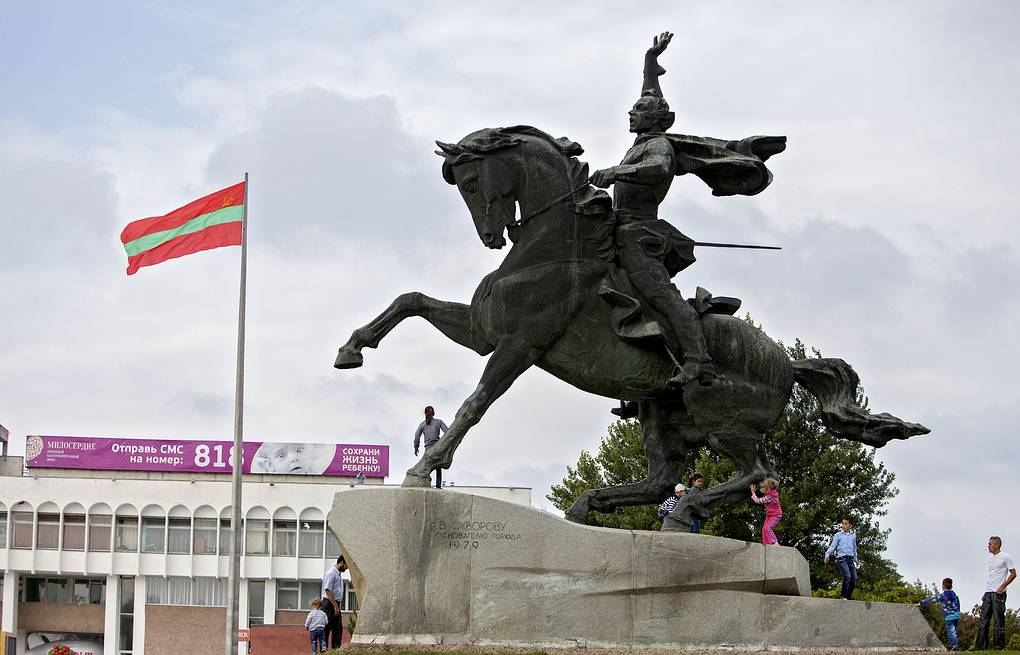 A monument to Russian General Suvorov and Transniestria flag seen in Tiraspol (archive)  EPA/STRINGER