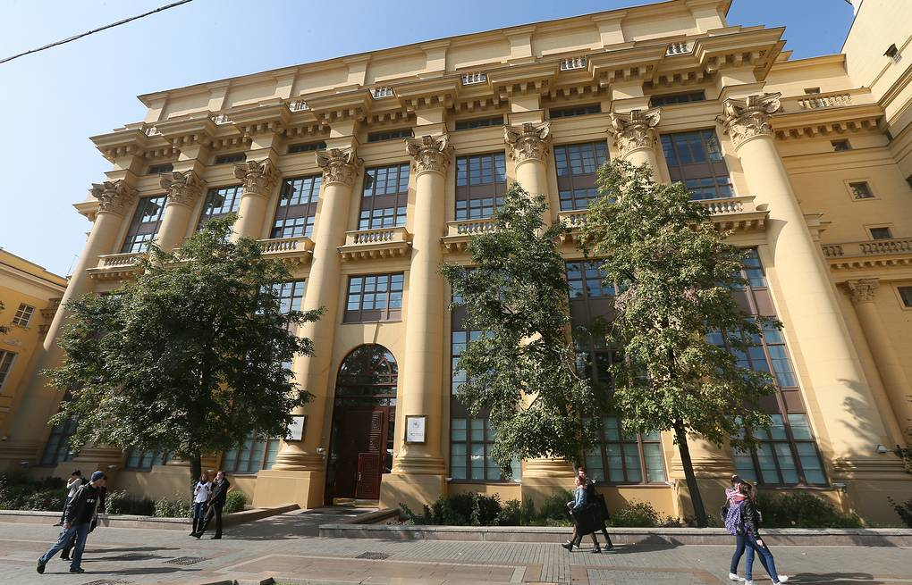 People pass the headquarters of Russian technology holding AFK Sistema in Moscow, Russia, 18 September 2014 EPA/SERGEI ILNITSKY