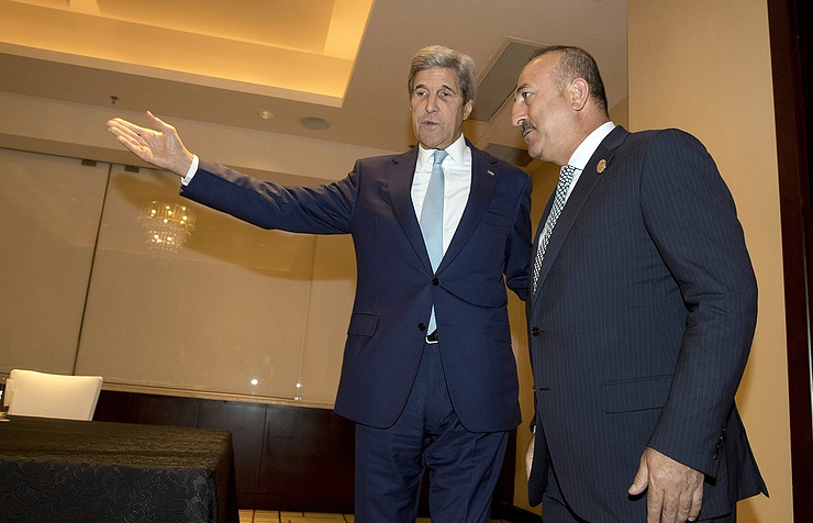 US Secretary of State John Kerry (left) and Turkish Foreign Minister Mevlut Cavusoglu (right) EPA/NG HAN GUAN / POOL