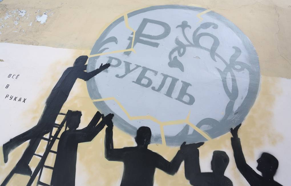 A graffiti depicting Russian ruble  Piotr Kovalev/TASS