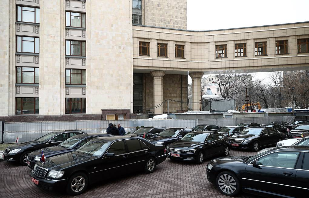 Cars of foreign ambassadors to Russia outside the Russian Foreign Ministry offices Valery Sharifulin/TASS