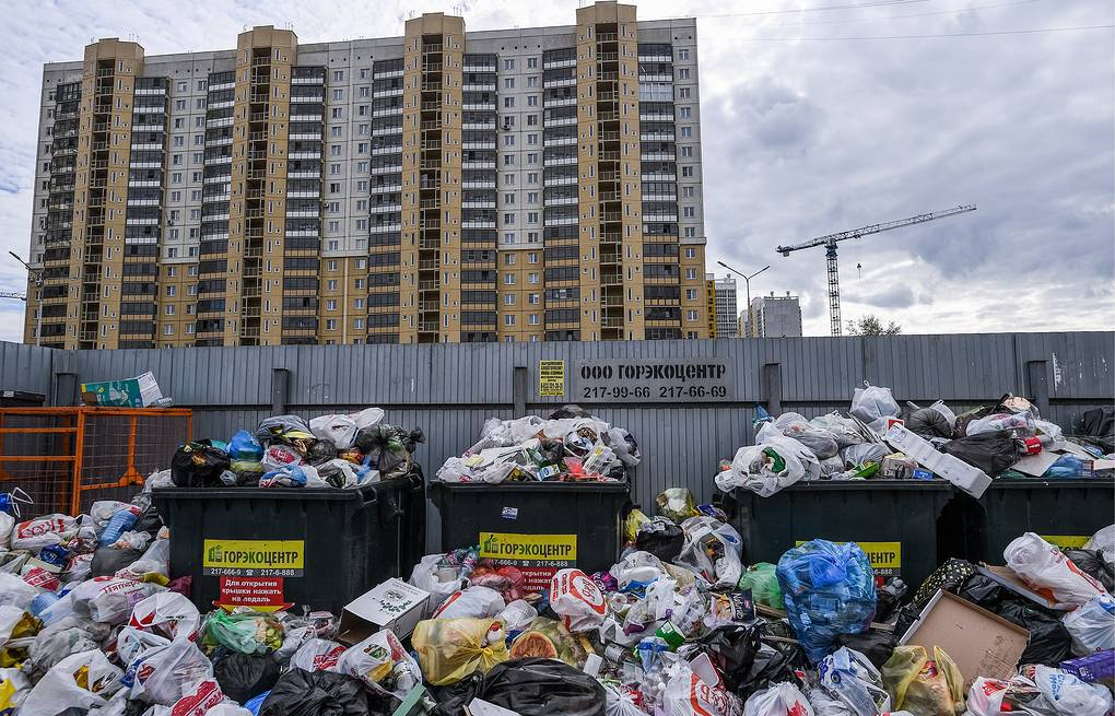 Overfilled trash container on a street in Chelyabinsk Donat Sorokin/TASS