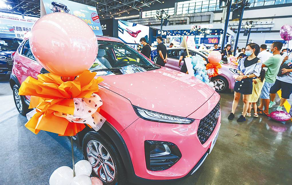 Tourists and citizens make purchases during the car show Zhang Mao/Hainan Daily