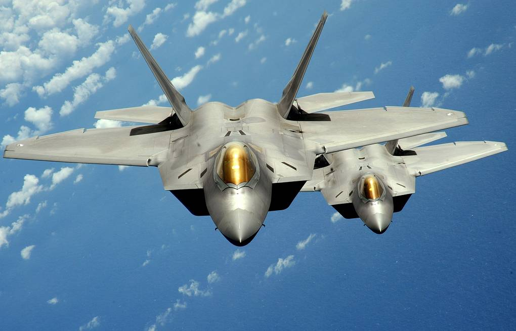 Истребители F-22 ВВС США  REUTERS/U.S. Air Force/Master Sgt. Kevin J. Gruenwald