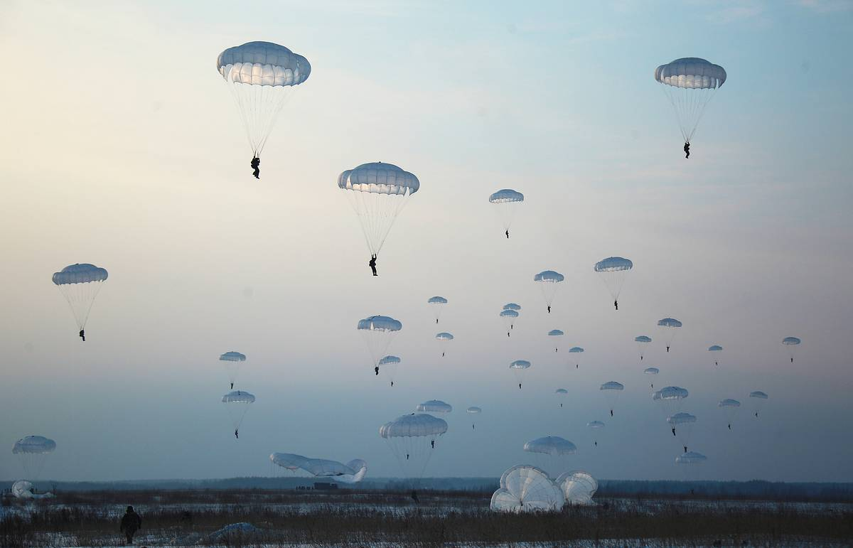 More than 1,500 paratroopers take part in massive drills in Crimea