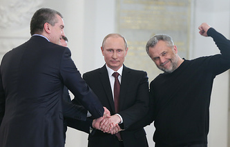 Sergey Aksyonov (left), Vladimir Putin and Aleksei Chalyi (right)