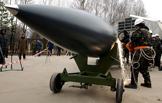 A Ukrainian worker cuts a Soviet-made aviation cruise missile able to carry nuclear charge, Nov. 2002 (archive)