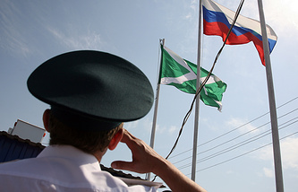Russian national flag and the flag of Russia's customs service (archive)