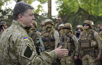 Ukraine's President Petro Poroshenko (front) meets members of the Ukrainian government forces