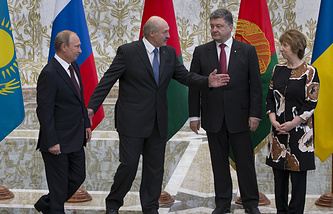 Belarusian President Alexander Lukashenko, second left, welcomes Russian President Vladimir Putin, left, Ukrainian President Petro Poroshenko, second right, and EU foreign policy chief Catherine Ashton