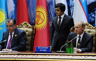 Tajikistan's President Emomali Rahmon (left) and Russia's President Vladimir Putin (right) at the Shanghai Cooperation Organization summit