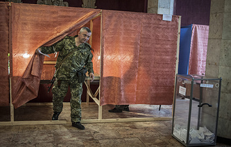 Voting at a referendum in Donetsk (archive)