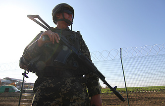 A Ukrainian border guard