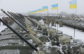 Ukrainian servicemen stand near their armored personal carriers (archive)