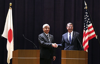US Defense Secretary Ash Carter (right) and Japan's Defense Minister Gen Nakatani shake hands after their press conference at the Defense Ministry in Tokyo, Wednesday, April 8, 2015