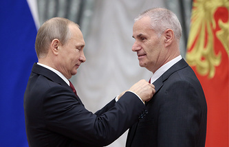 Russian President Vladimir Putin awards Yuri Solomonov with the Hero of Labour of the Russian Federation gold medal (archive)
