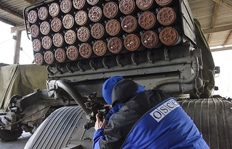 An OSCE monitor inspects Grad rocket launchers (archive)