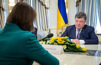 Ukrainian President Petro Poroshenko and United States Assistant Secretary of State for European and Eurasian Affairs Victoria Nuland