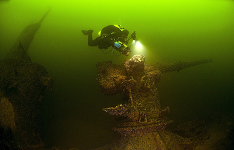A diver examines the deck gun of a Soviet submarine (archive)