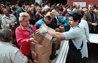 People crowd buying products at pre-crisis prices in St.Petersburg, 1998