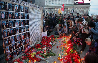 People commemorating victims of the 2 May 2014 trade unions building fire in Odessa