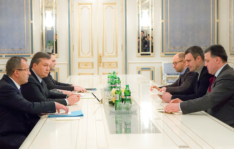 Ukrainian President Viktor Yanukovych speaks with opposition leaders