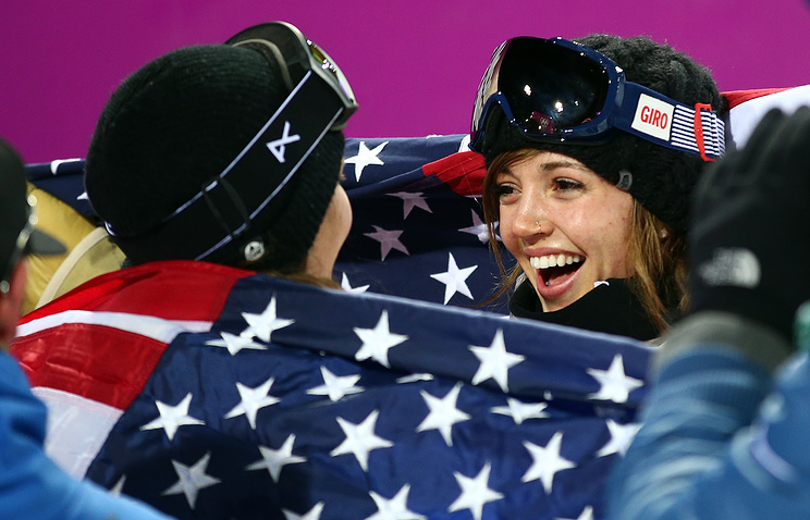 Kaitlyn Farrington of the US (R) and Kelly Clark of the US (L) celebrate their gold medal (R) and bronze medal (L) in the Women's Snowboard Halfpipe Final