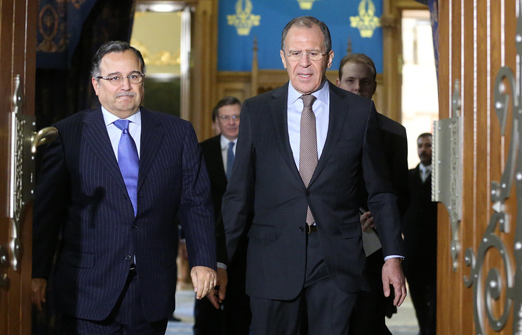 Russian Foreign Minister Sergei Lavrov (R) and his Egyptian counterpart Nabil Fahmy (L)